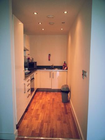 Blue Rainbow ApartHotel - Manchester Central: modern and clean kitchen