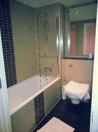 Blue Rainbow ApartHotel - Manchester Central: bathroom