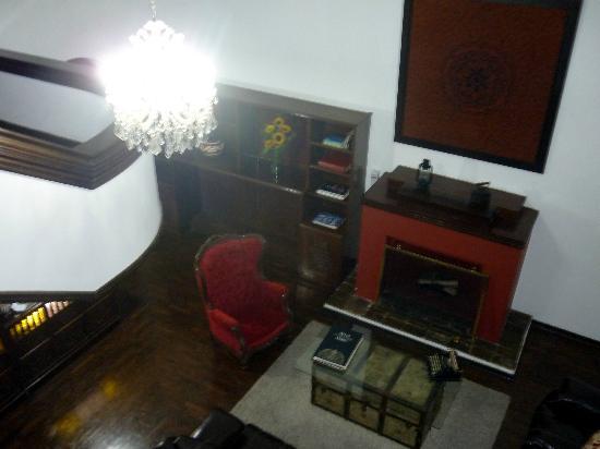 La Casa de la Nonna: Salón con lámapra.