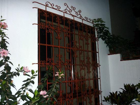 La Casa de la Nonna: Ventana de rejas exterior.