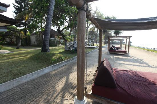 Rama Candidasa Resort & Spa : Rama Candidasa suspended beds/lounges by the shore
