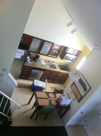 Residence Inn Oxnard River Ridge: Blick runter zur Küche