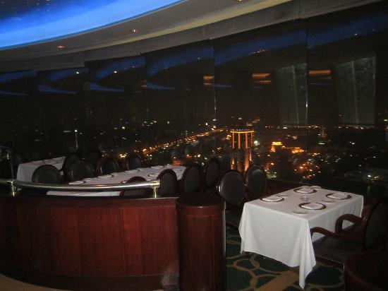 The Revolving Restaurant: скромно, но со вкусом)))