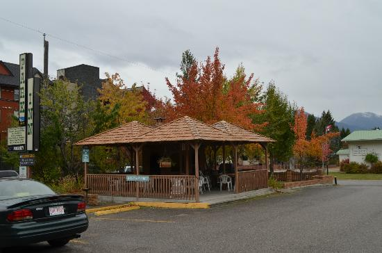 Radium Park Lodge : Fall colours over the BBQ hut