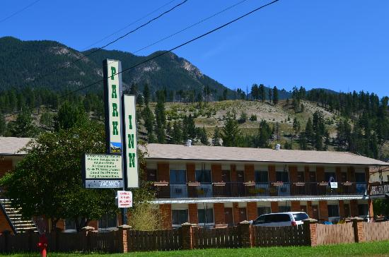 Radium Park Lodge: Clear blue skies and mountains