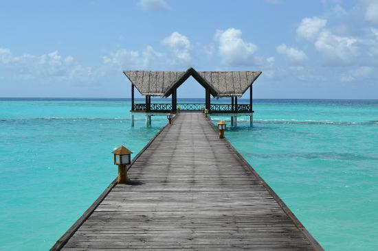 Palm Beach Resort & Spa Maldives: pontile vicino al ristorante