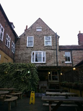 Golden Fleece: beer garden