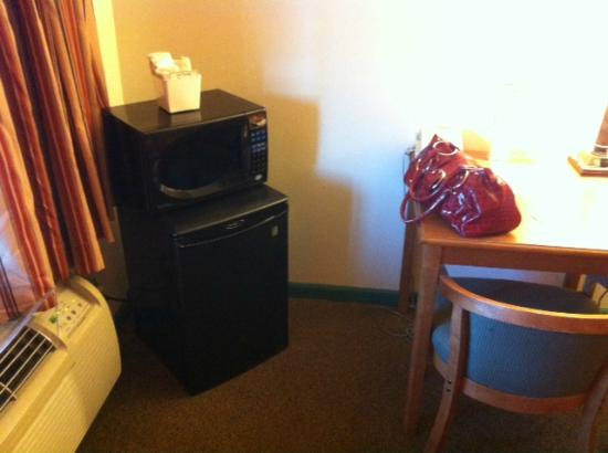 Inca Inn: mini fridge and microwave