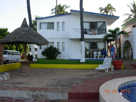 Motel Los Arcos: looking at motel from pool/beach.  Get the 2nd floor units facing the beach.