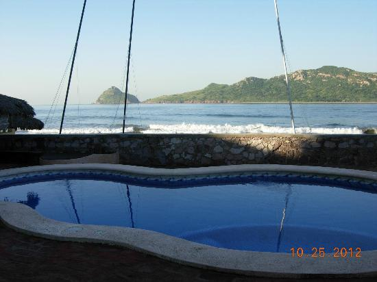 Motel Los Arcos: Pool with beach wall and catamarans you can rent.