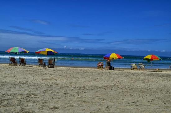 Hostal Moai: Salida a la playa desde el hotel