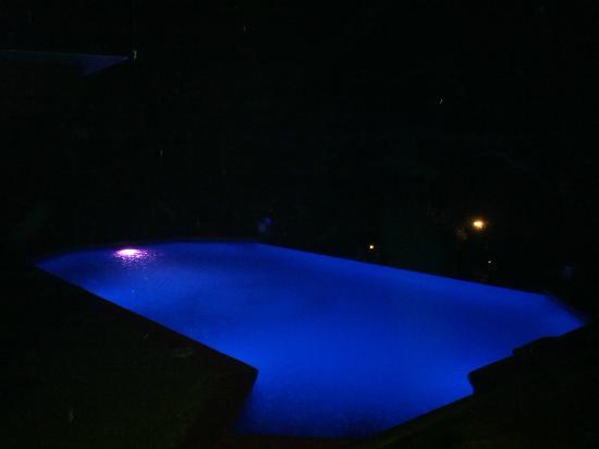 Tulemar Bungalows & Villas: playa de noche, cambia de colores