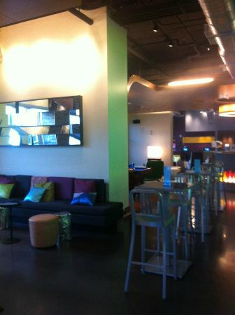 Aloft Asheville Downtown: More sitting areas in the public bar/lounge area.