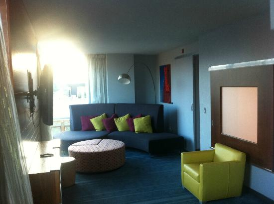 Aloft Asheville Downtown: Sitting room area in the suite.