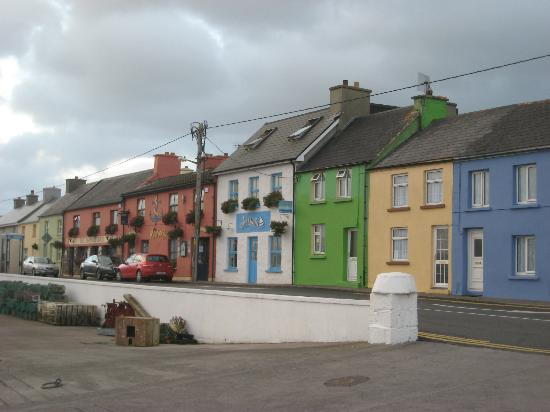 The Moorings Guesthouse: Main road through Portmagee with Moorings Guesthouse in the background