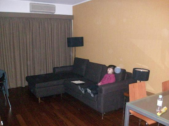 Clarion Suites Lisbon: Sala de Estar com sofá cama e TV