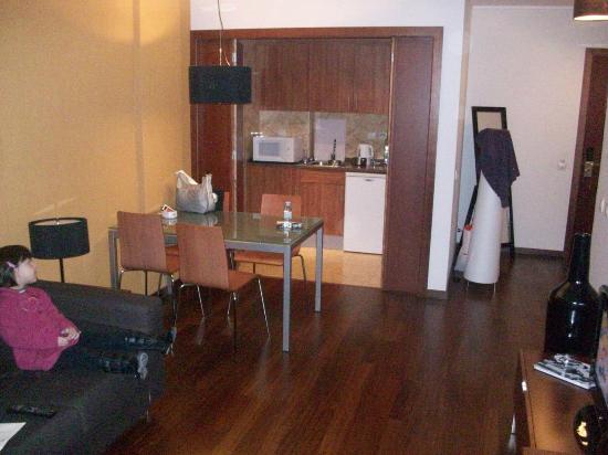 Clarion Suites Lisbon: Cozinha com mesa e Frigobar, cafeteira e micro ondas