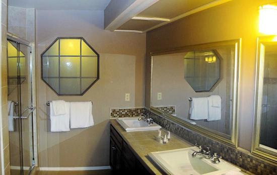 Welk Resort San Diego: another bathroom - walk in shower