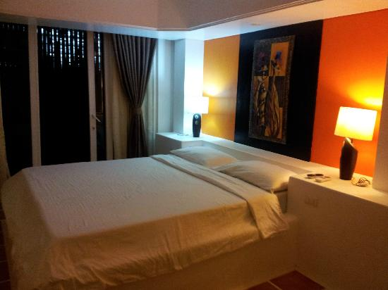 Calypso Beach & Dive Resort: the huge bed