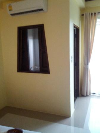 Chang Thai House: finestre che da sul bagno. Bagno senza ventola 