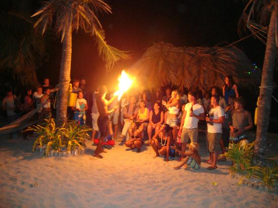 Mana Lagoon Backpackers: Fire dancing at mana lagoon