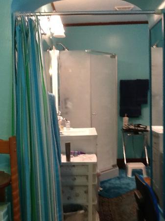 Alpha Mercy Haven Bed And Breakfast: En-suite bathroom in Queen/Twin bedroom