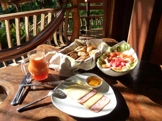 Tree House Lodge: Our first breakfast provided by the hotel