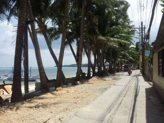 Reef Retreat Resort: the road right outside of the hotel