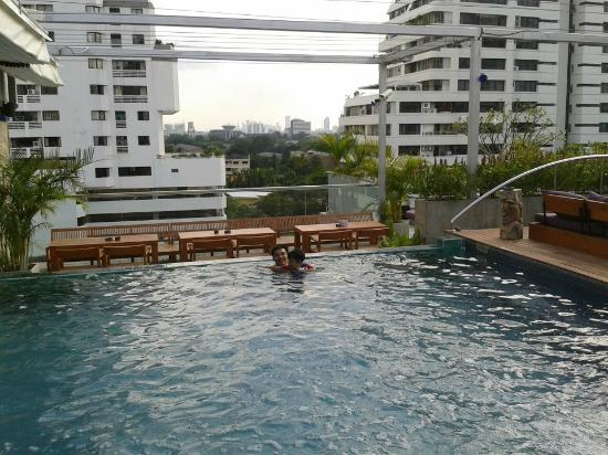 Galleria 10 Hotel Bangkok by Compass Hospitality: Small swimming pool