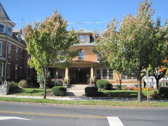 Walton Manor Inn Bed & Breakfast: Main Street