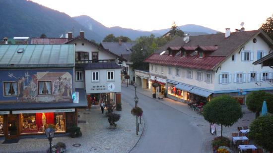 Hotel Wittelsbach: The main square at twighligh from the balcony