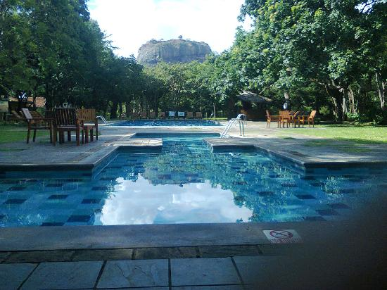 Hotel Sigiriya: Pool with the famous rock view.