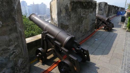 Monte Forte (Fortaleza do Monte): Monte Forte - cannon and view
