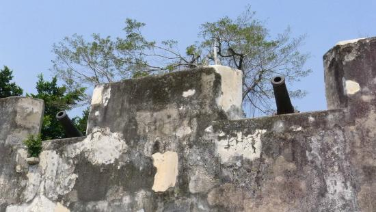 Monte Forte (Fortaleza do Monte): Monte Forte - showing off a canon