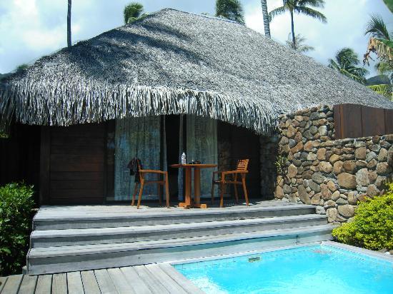 Manava Beach Resort & Spa - Moorea: VIsta del garden bungalow desde el jardín y la piscina privada