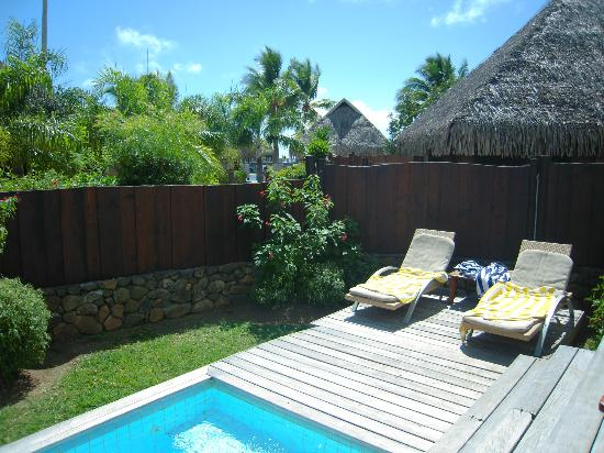 Manava Beach Resort & Spa - Moorea: El jardín y piscina privada de nuestro Bungalow