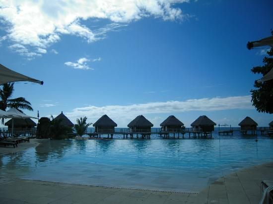 Moorea Pearl Resort & Spa: La piscina del hotel con vistas al mar y a los water bungalows
