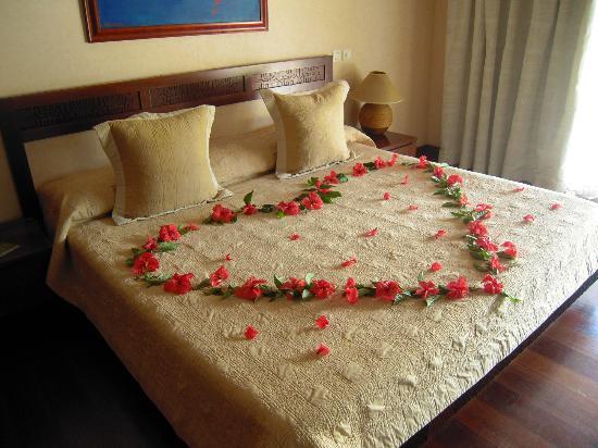 Manava Beach Resort & Spa - Moorea: Nuestra cama de Luna de Miel con cava diario