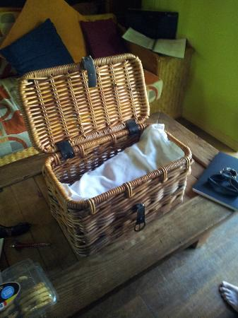 Witches Falls Cottages: Surprise! Breakfast hamper time!