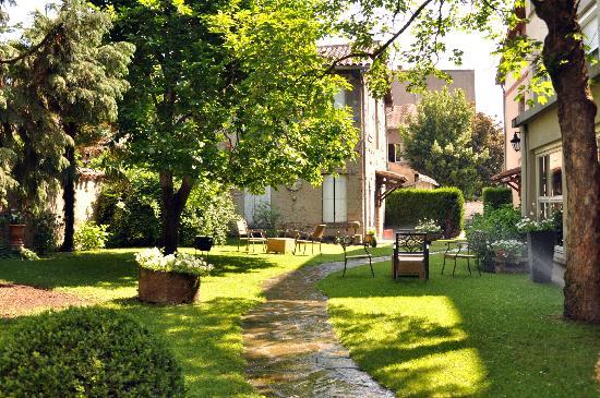 Hostellerie Saint-Antoine : Le jardin