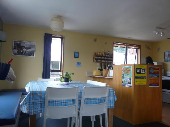 Butterfli Lodge: Kitchen and dining area