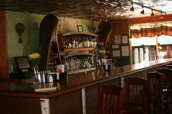 Barkeaters : Nicely stocked bar