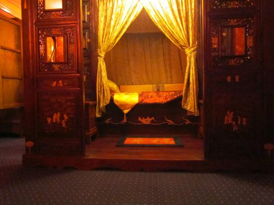 Mt Dandenong Imperial Retreat: Our bed in the Emperor's Room