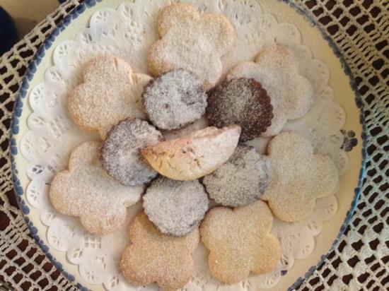 masseria il frantoio alla colazione: panzerotti con cotognata al centro e canelle e cacao sotto