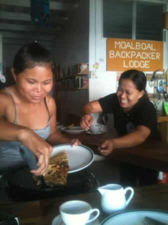 Moalboal Backpacker Lodge: Breakfast is served!