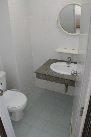 Chalermporn Guesthouse: Bathroom