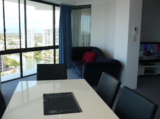 Surfers Plaza Resort: Dinning area & lazy lounge admiring views