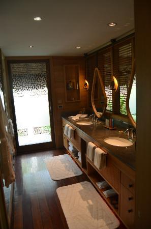 Four Seasons Resort Bora Bora: Bathroom in our villa