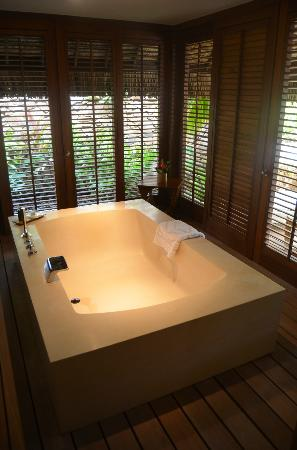 Four Seasons Resort Bora Bora: Huge bath tub in our villa with open doors to the garden
