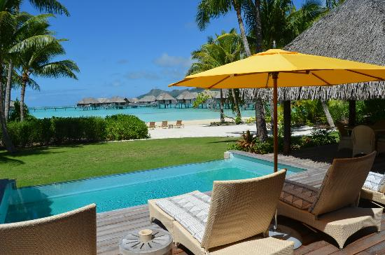 Four Seasons Resort Bora Bora: Wow! The garden with the private pool and private beach of our villa after the upgrade